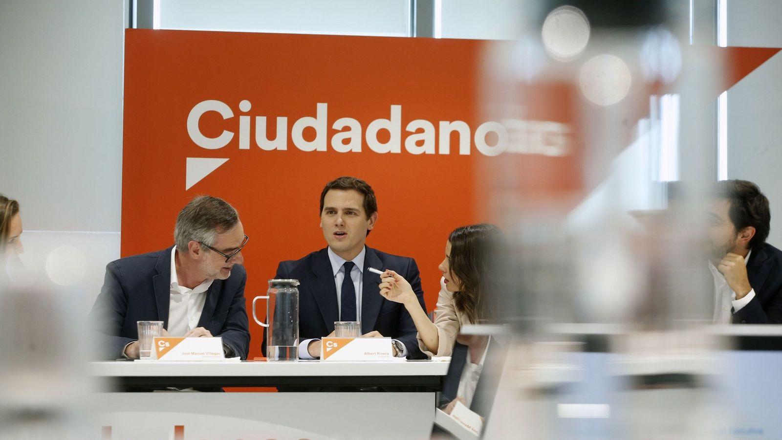 Foto: El secretario general de Ciudadanos, José Manuel Villegas (i), conversa con la portavoz, Inés Arrimadas, ante la mirada de Albert Rivera. (EFE)