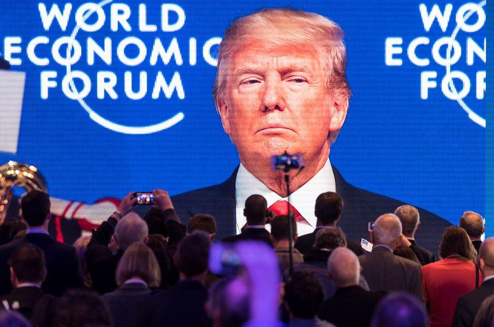 Foto: Los asistentes siguen por una pantalla gigante el discurso del presidente estadounidense en Davos. (EFE)