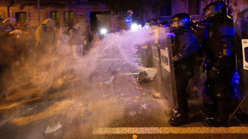 Foto: Enfrentamientos entre CDR y la Policía en Barcelona el pasado 15 de octubre. (EFE)