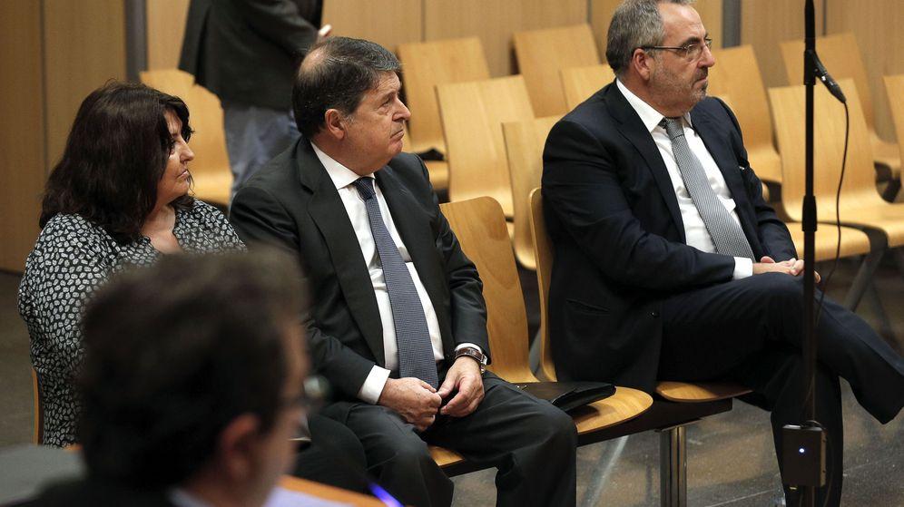 Foto: José Luis Olivas, el centro, con su mujer y Vicente Cotino, en el banquillo de un tribunal en Valencia. (EFE)