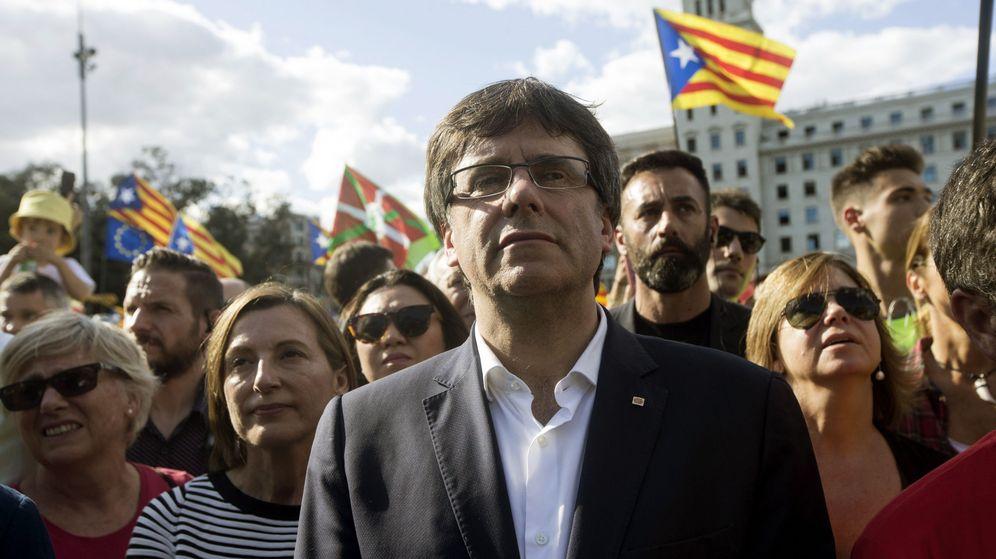 Foto: El presidente de la Generalitat de Cataluña, Carles Puigdemont junto a la presidenta del Parlament, Carme Forcadell, en la Diada. (Efe)
