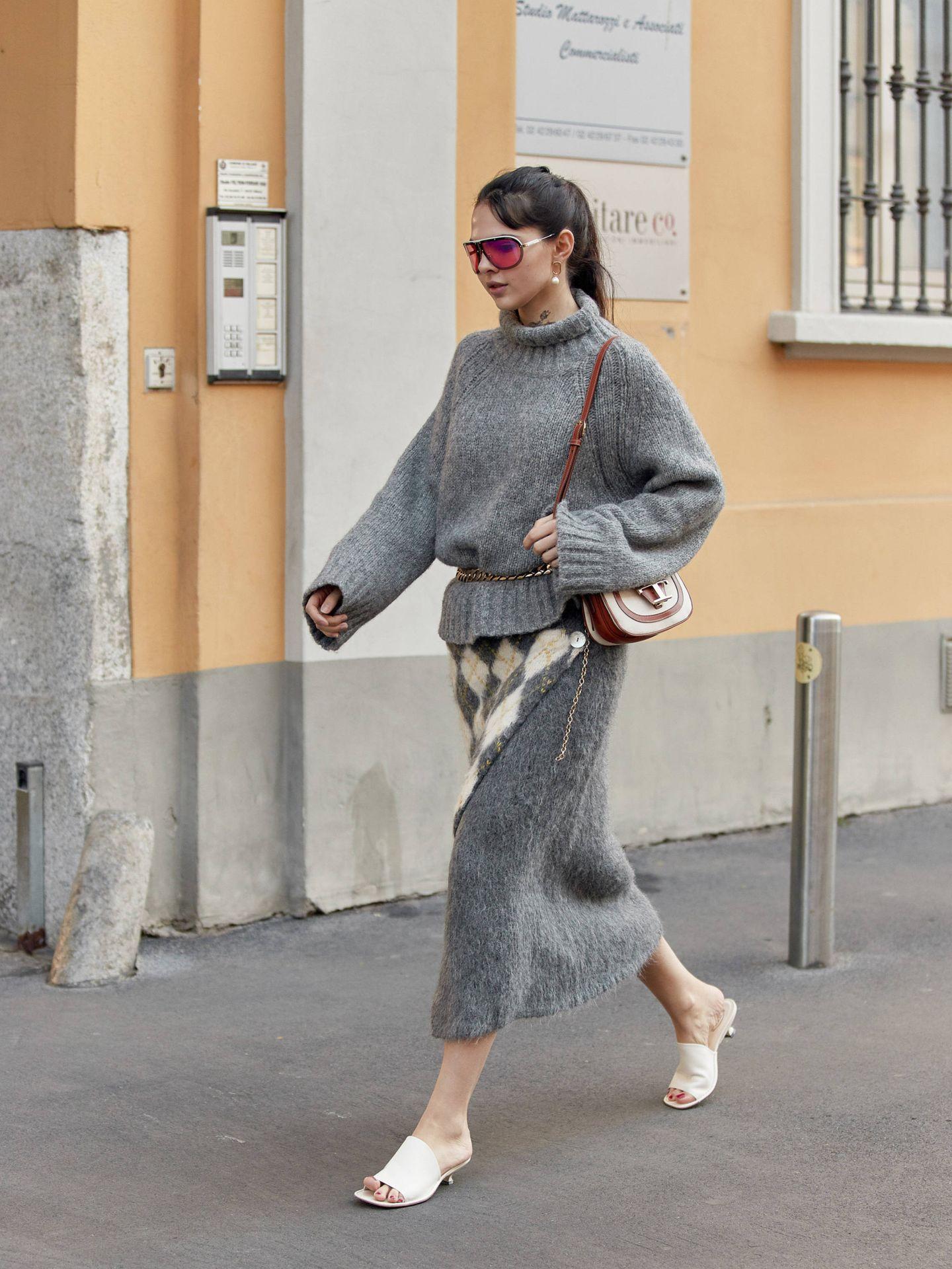 Un look gris visto en el street style. (Imaxtree)