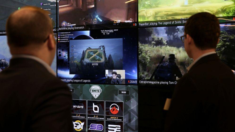Foto: Dos hombres observan vídeojuegos en la sede de Twitch, la plataforma en la que se hizo popular Lolito. (Reuters/Elijah Nouvelage)