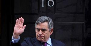 Brown ofrece su cabeza a los liberales y Cameron una reforma electoral