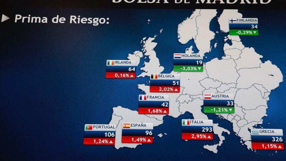 Foto: Foto de archivo de un monitor en la Bolsa de Madrid que muestra la prima de riesgo