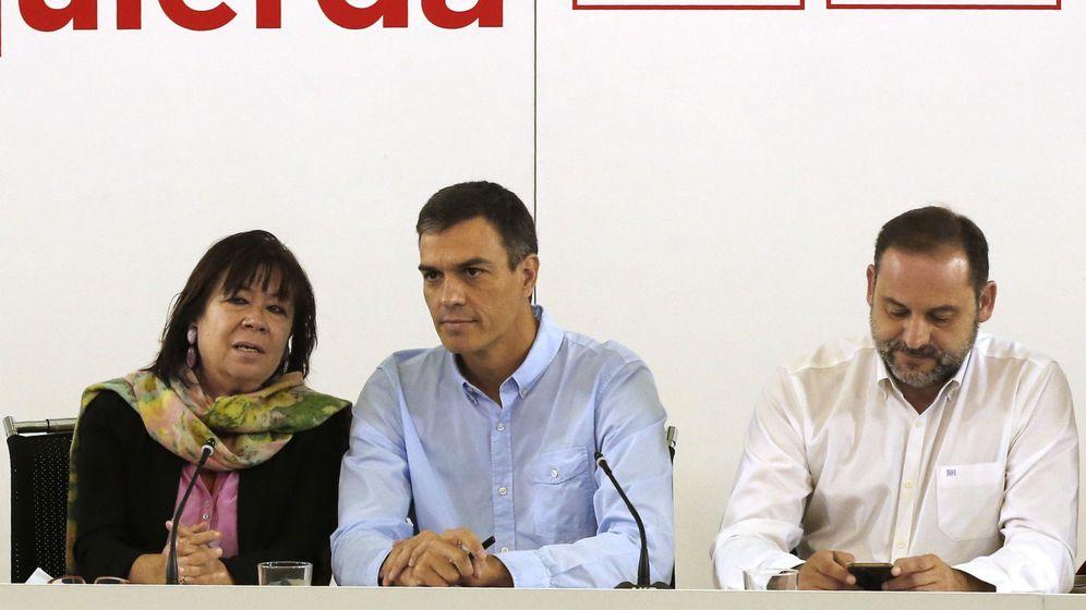Foto: Pedro Sánchez, junto a Cristina Narbona y José Luis Ábalos, presidenta y secretario de Organización del PSOE, este 18 de septiembre en Ferraz. (EFE)