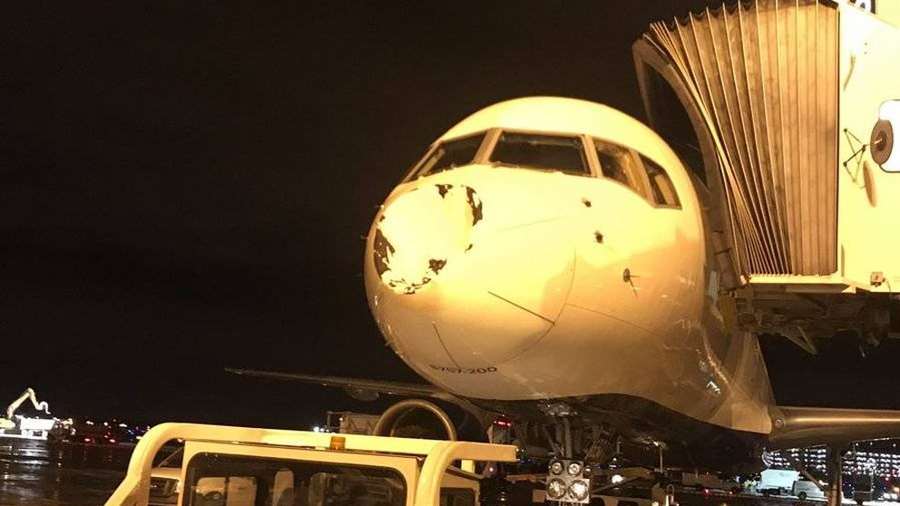 Pánico en las alturas: el avión de los Thunder choca con 'algo' en pleno vuelo