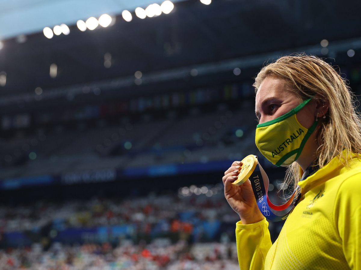 Foto: La australiana Ariarne Titmus posa con su medalla de oro en los 200 libres (Reuters)
