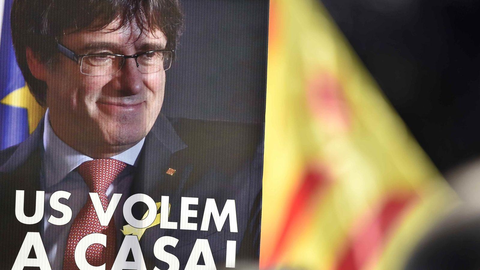 """Foto: Una pancarta de Carles Puigdemont que exige su retorno """"a casa"""". (Reuters)"""