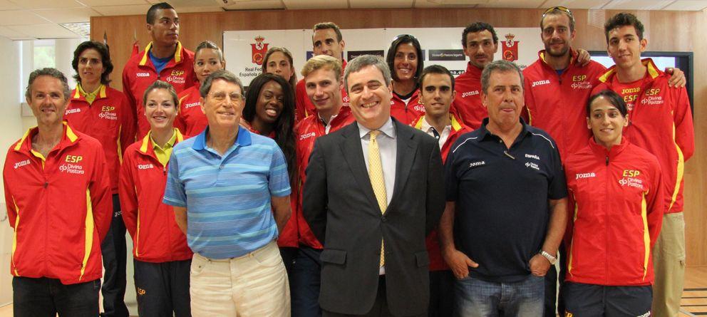 Foto: Parte de la expedición de atletas junto a Odriozola, Cardenal y Ramón Cid en el CSD