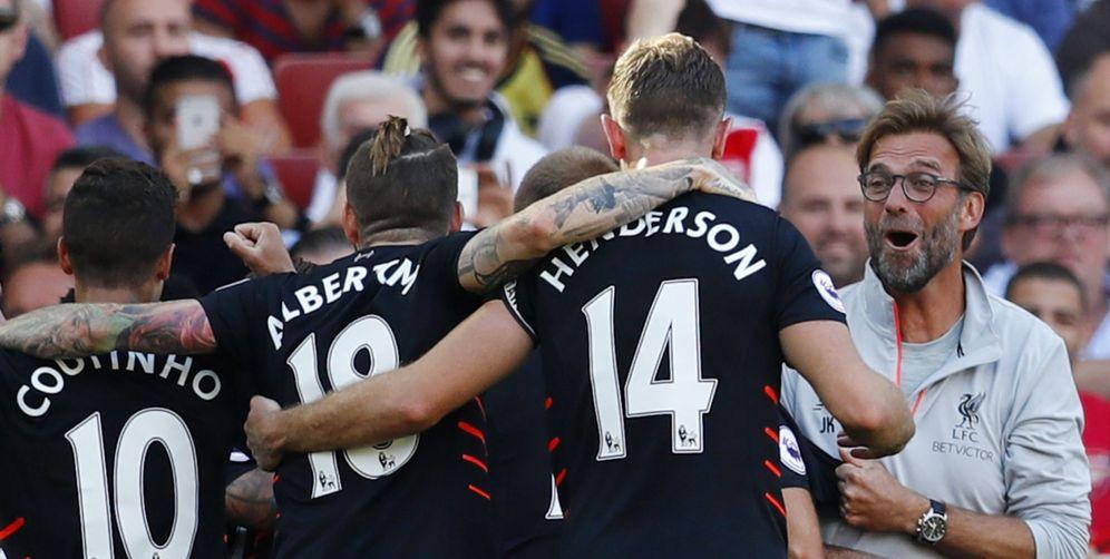 Foto: Varios jugadores del Liverpool celebran con su entrenador uno de los cuatro goles marcados en el Emirates Stadium (Reuters)