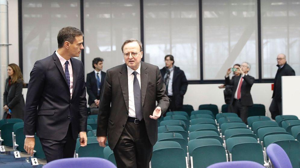 Foto: El presidente del Gobierno, Pedro Sánchez (i), junto al presidente del Tribunal Europeo de Derechos Humanos, Guido Raimondi. (EFE)