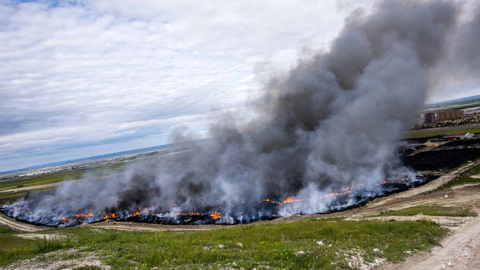 Foto: Vista del incendio de neumáticos en Seseña (Toledo). (EFE)