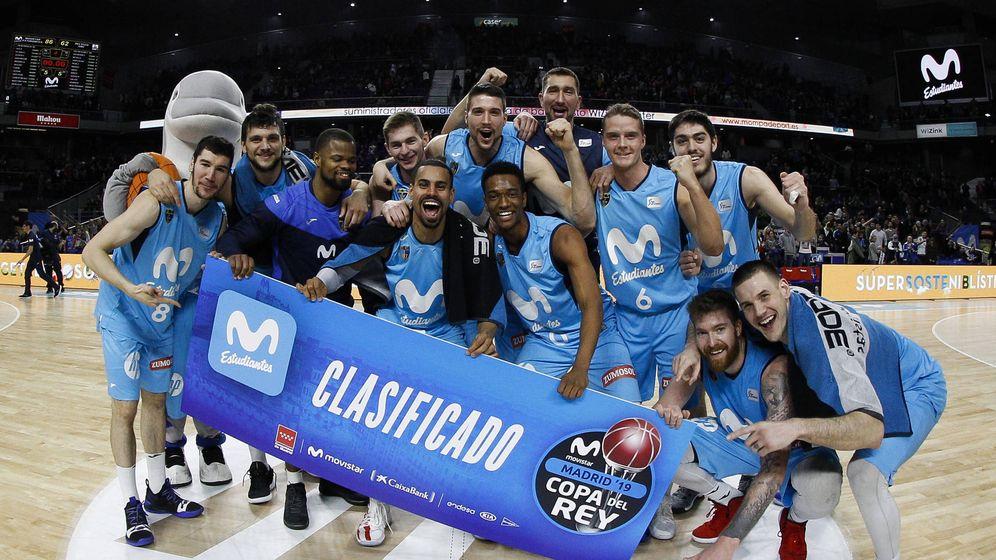 Foto: Los jugadores del Movistar Estudiantes celebran su clasificación para la Copa del Rey.(ACB Photo / E. Candel)