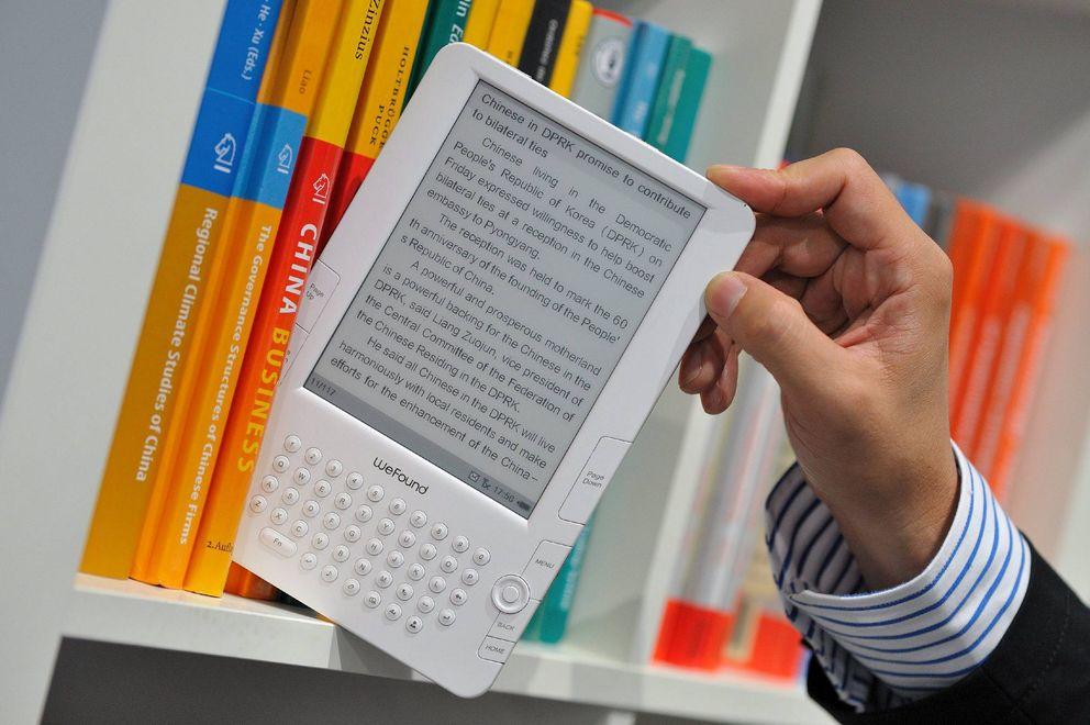 Foto: ista de un eBook en una estantería antes de la inauguración de la Feria del Libro de Fráncfort (EFE)