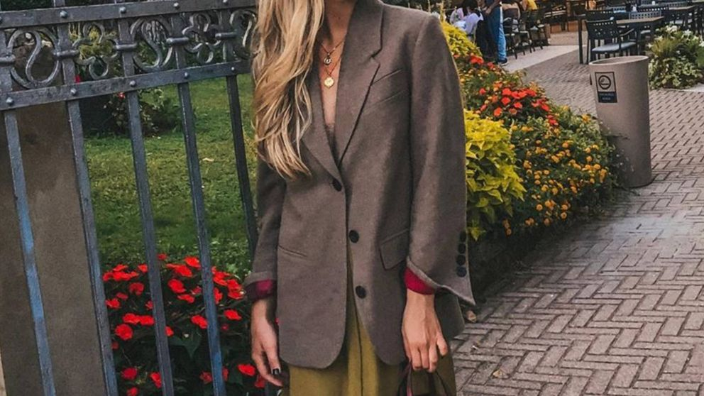 La influencer rusa Daria Kostromitina nos da las claves para elegir las chaquetas más favorecedoras en Stradivarius