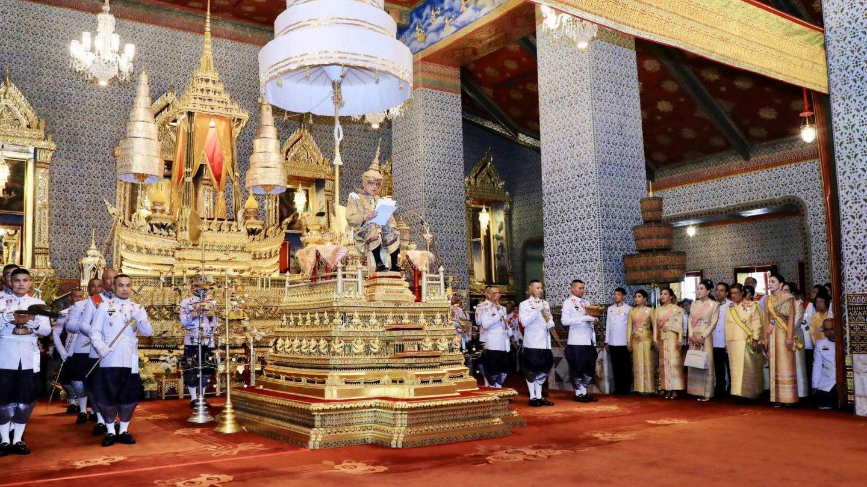 La suntuosa corte tailandesa, durante la coronación de Rama X. (Reuters)