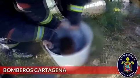 Rescatan a un niño atrapado en una tubería