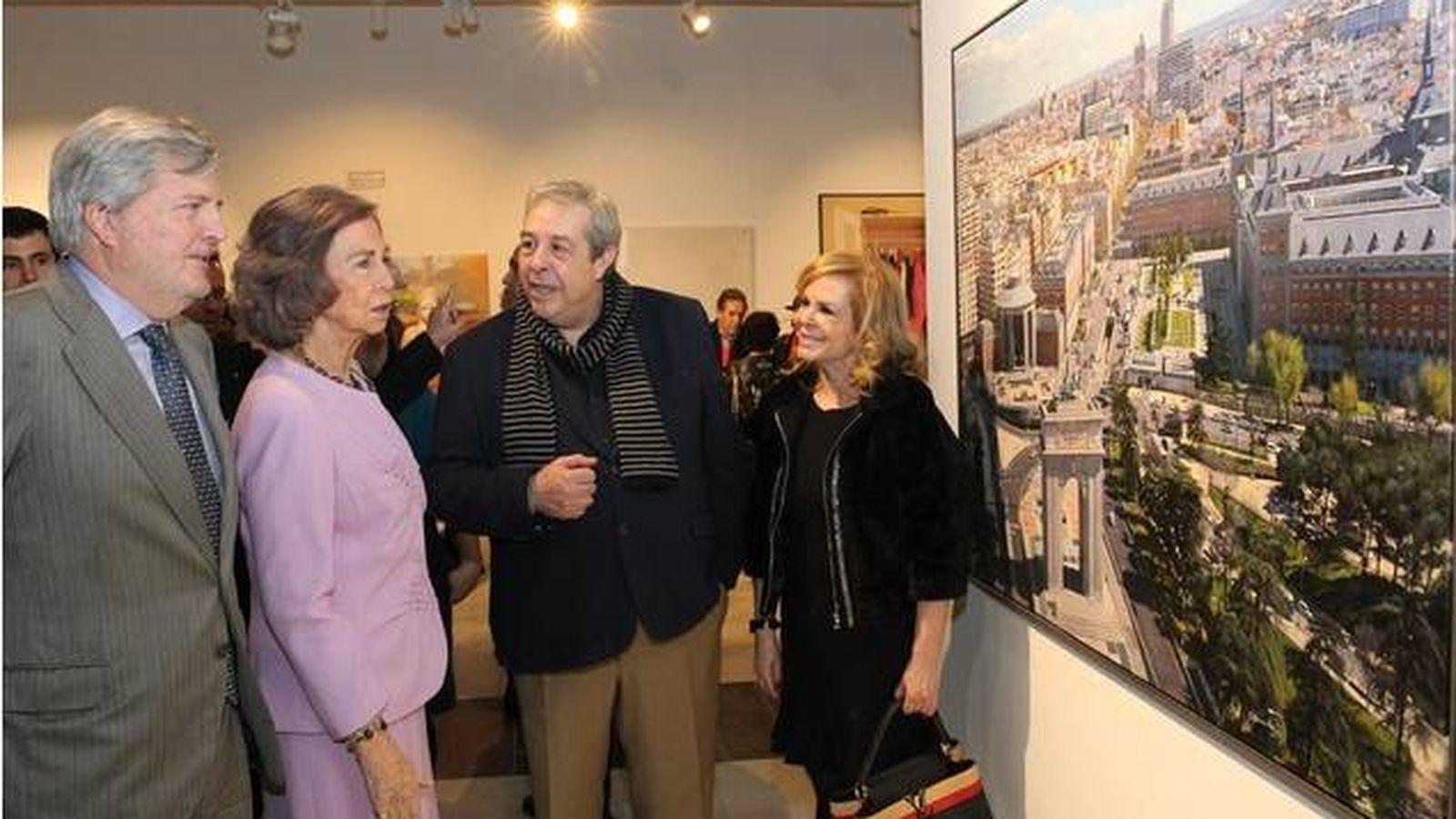 Foto: Agustín González con la reina Sofía en una de sus exposiciones. (Cortesía)