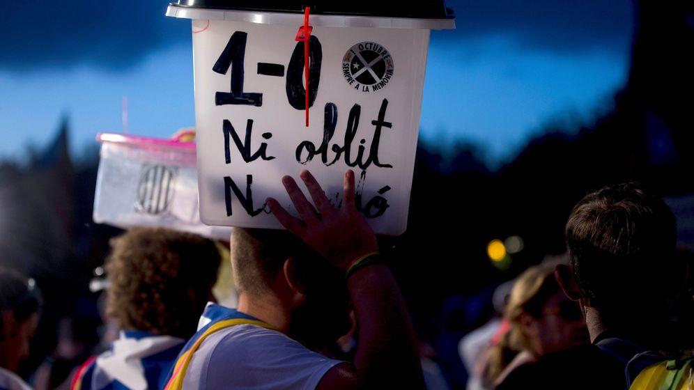 Foto: Urna del referédum durante la manifestación del aniversario. (EFE)