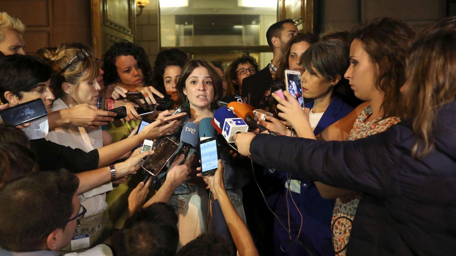 Foto: La vicesecretaria general y portavoz del PSOE en el Congreso, Adriana Lastra, a la salida de la reunión con Podemos en la Cámara Baja, este 5 de septiembre. (EFE)