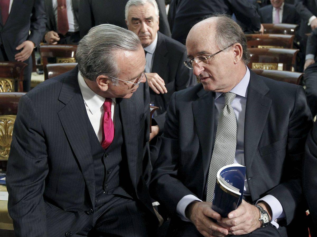 Foto: El expresidente de la Caixa, Isidre Fainé (i), conversa con el de Repsol, Antonio Brufau (d) en 2011. (EFE)