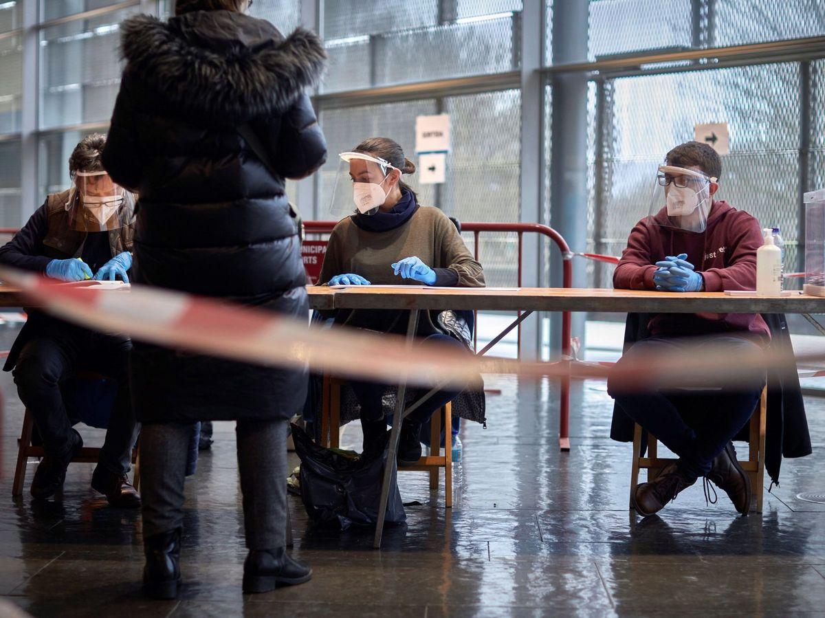 Foto: Una mesa electoral el pasado 14-F, el día de las elecciones catalanas (EFE)