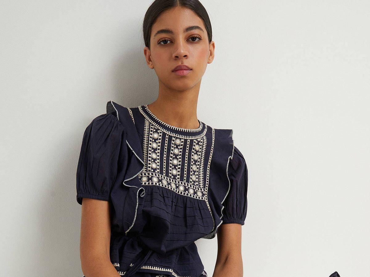 Foto: Conjunto de falda y blusa bordada de Sfera. (Cortesía)