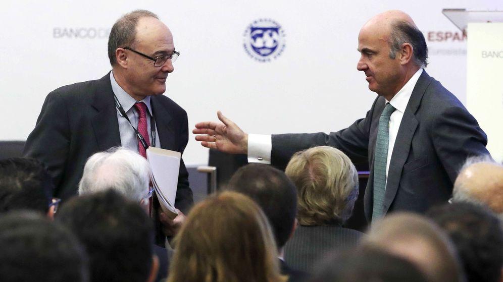 Foto: El gobernador del Banco de España, Luis Linde (i), junto al vicepresidente del BCE, Luis de Guindos, en la inauguración de la conferencia conjunta. (EFE)