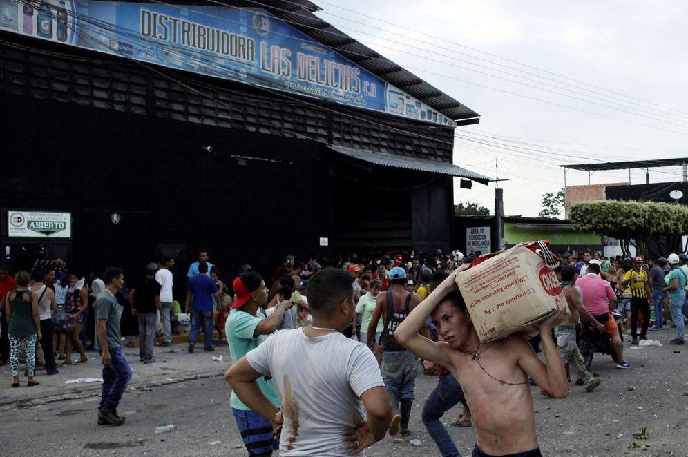 Foto: Venezolanos durante un saqueo en un almacen de alimentos en La Fría, Venezuela, el 17 de diciembre de 2016 (Reuters).