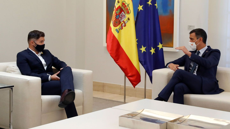 El presidente del Gobierno, Pedro Sánchez, durante su reunión con el portavoz de ERC, Gabriel Rufián. (EFE)