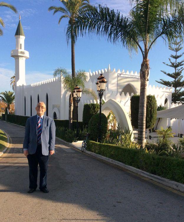 Foto: El imán Allal Ahmed Bachar, junto a la mezquita.