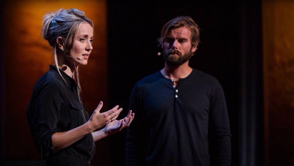 Foto: La periodista Thordis Elva comparte escenario con Tom Stranger, el hombre que la violó cuando ambos eran adolescentes. (Fuente: TED)