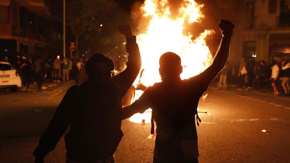 Foto: Manifestantes durante los disturbios que se produjeron ante la consellería de Interior en Barcelona en octubre (EFE)