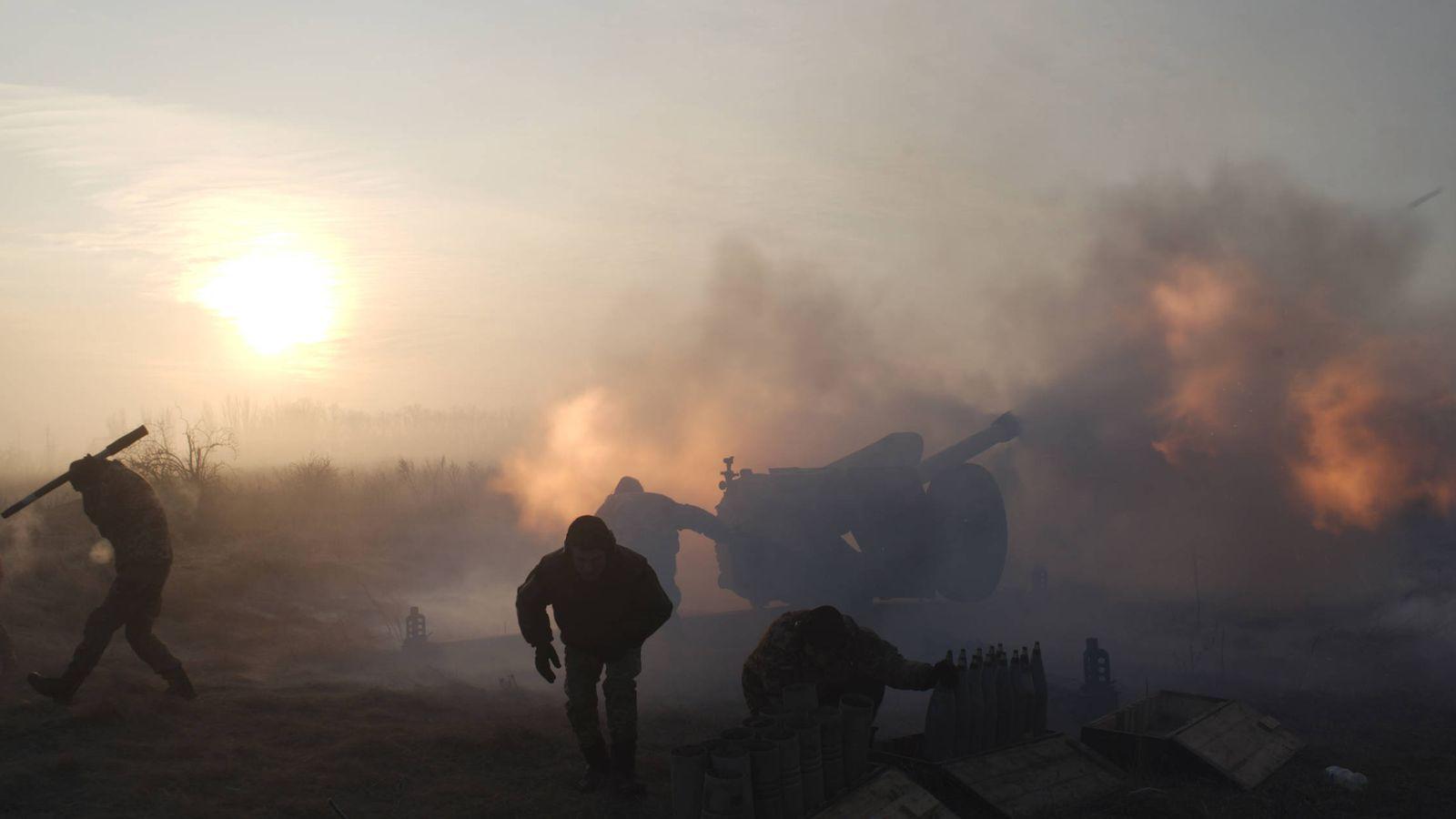 Foto: Soldados ucranianos disparan piezas de artillería contra milicias prorrusas cerca de Novoluhanske, en Donetsk. (Reuters)