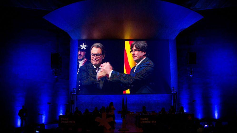 Foto: Proyección de un vídeo con momentos de la trayectoria del expresidente del PDeCAT Artur Mas. (EFE)