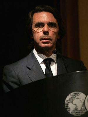 Aznar acusa al PSOE de negociar simultáneamente con ETA y el Gobierno del PP