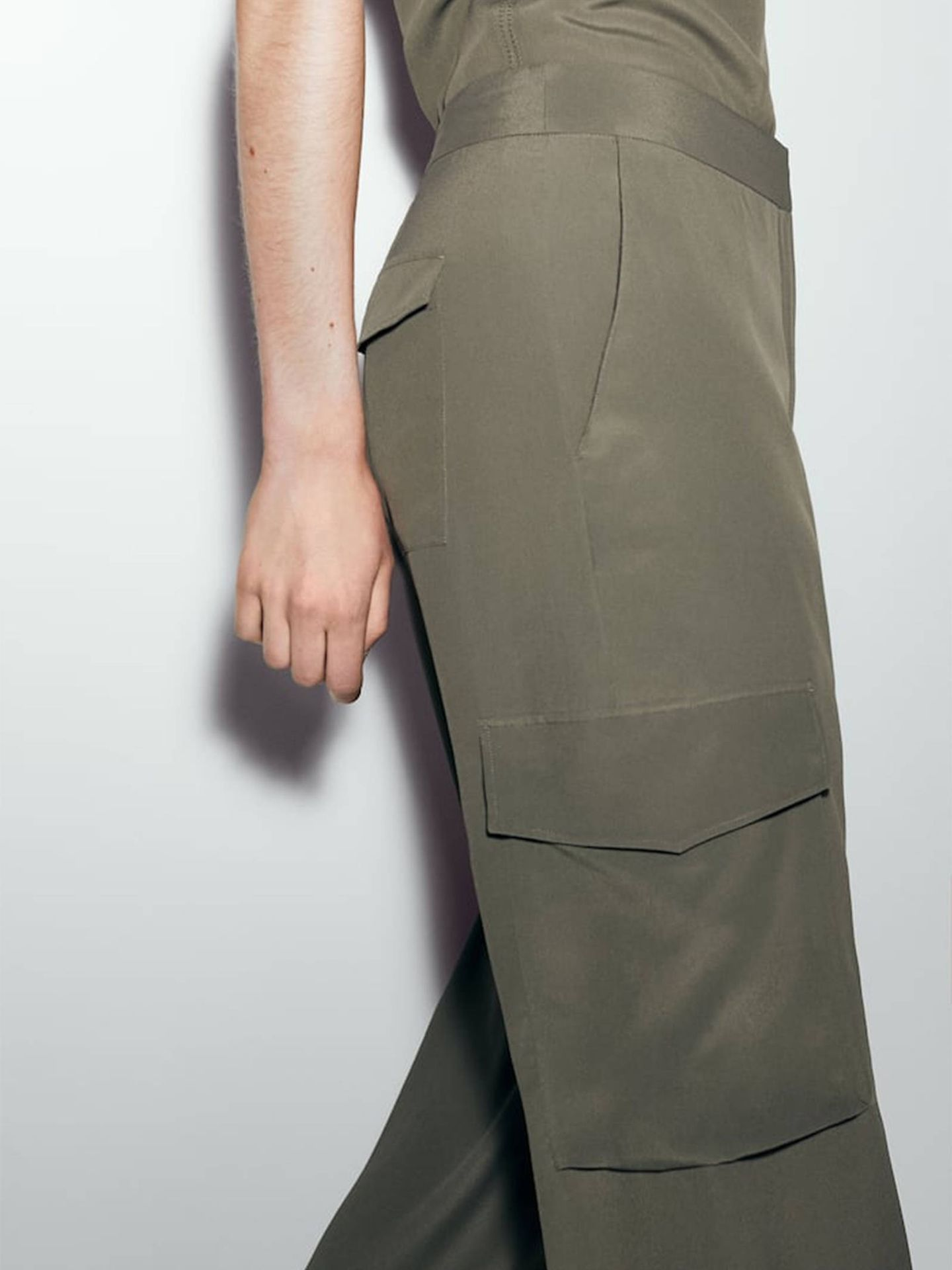 Pantalones fluidos de Massimo Dutti. (Cortesía)