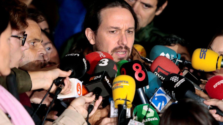El líder de Podemos, Pablo Iglesias, atiende a los medios de comunicación, hoy a su salida de Lledoners. (EFE)