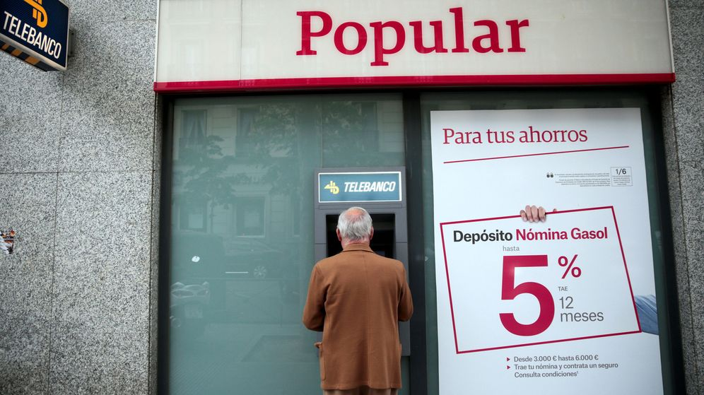 Foto: Un hombre utiliza un cajero en una oficina del Banco Popular en Madrid. (Reuters)