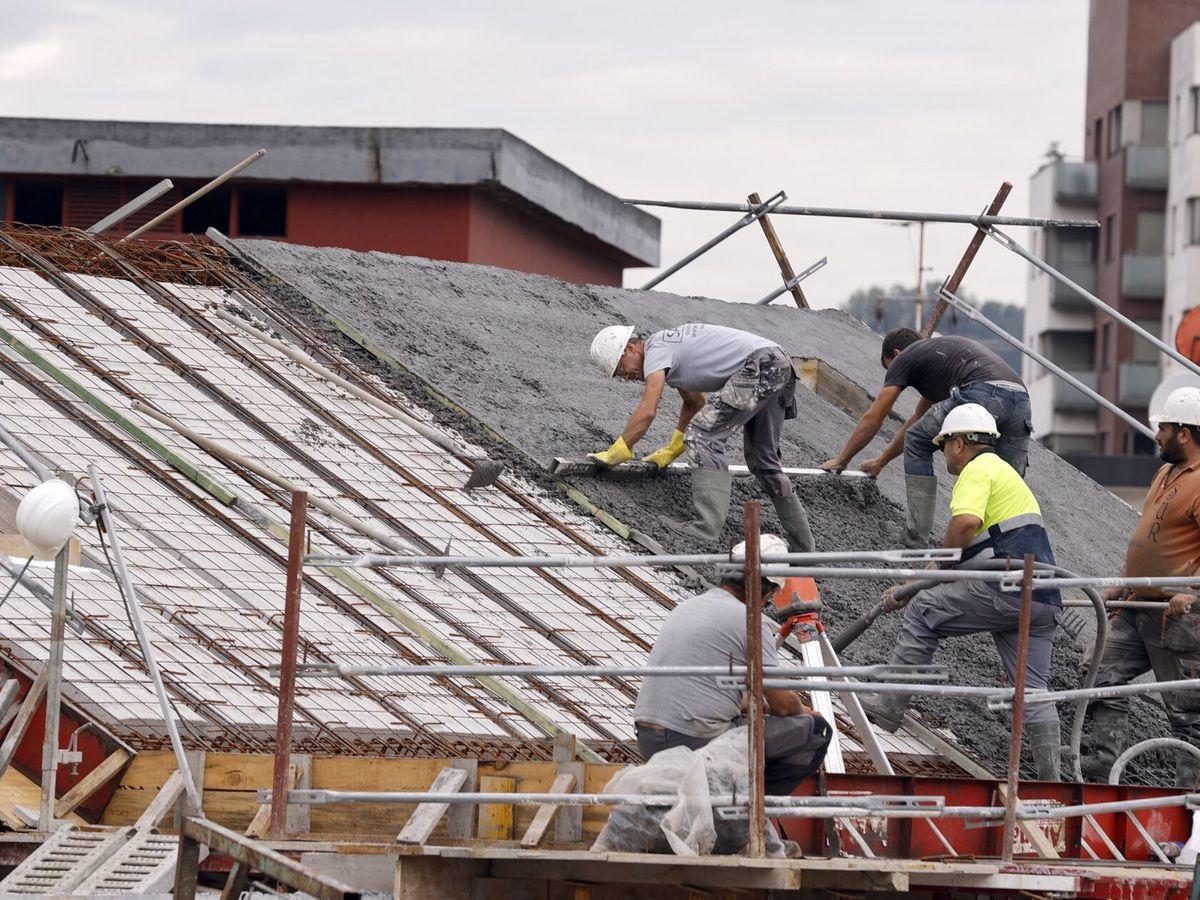 Foto: Trabajadores de la construcción, en Bilbao. (EFE)