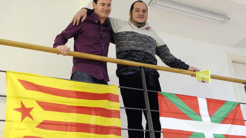 Foto: El presidente de Sortu y parlamentario de EH Bildu, Hasier Arraiz (i), y el diputado de la CUP, David Fernández (d). (EFE)