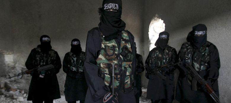 Foto: Mujeres integrantes de la milicia Sawt al-Haq posan durante un entrenamiento en Alepo. (Reuters).