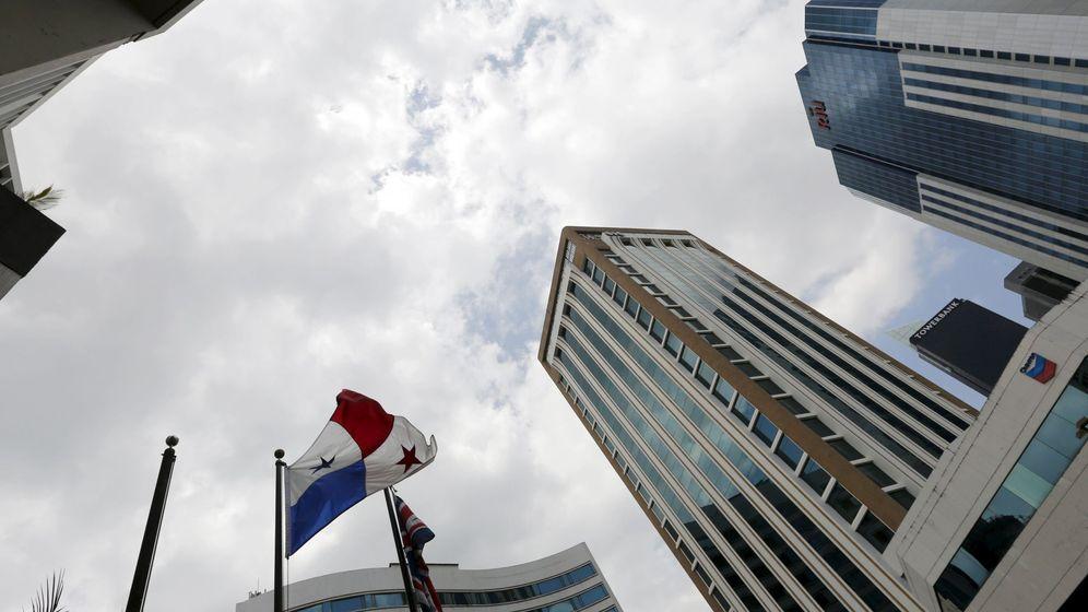 Foto: Una bandera de Panamá ondea en el área bancaria de la capital. (Reuters)