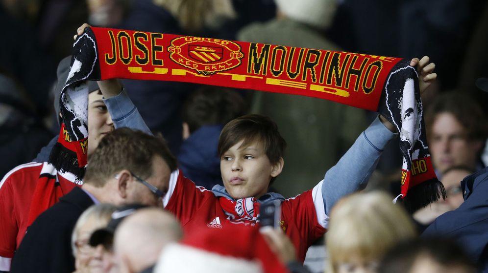 Foto: Un aficionado del Manchester con una bufanda de Mourinho (Reuters).