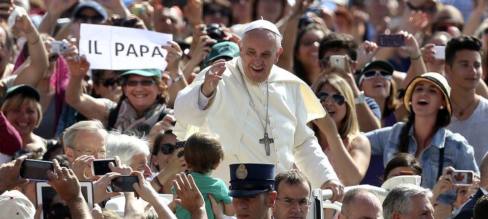 Foto: El Papa Francisco saluda a los peregrinos a su llegada a la Plaza de San Pedro, en el Vaticano (Reuters).