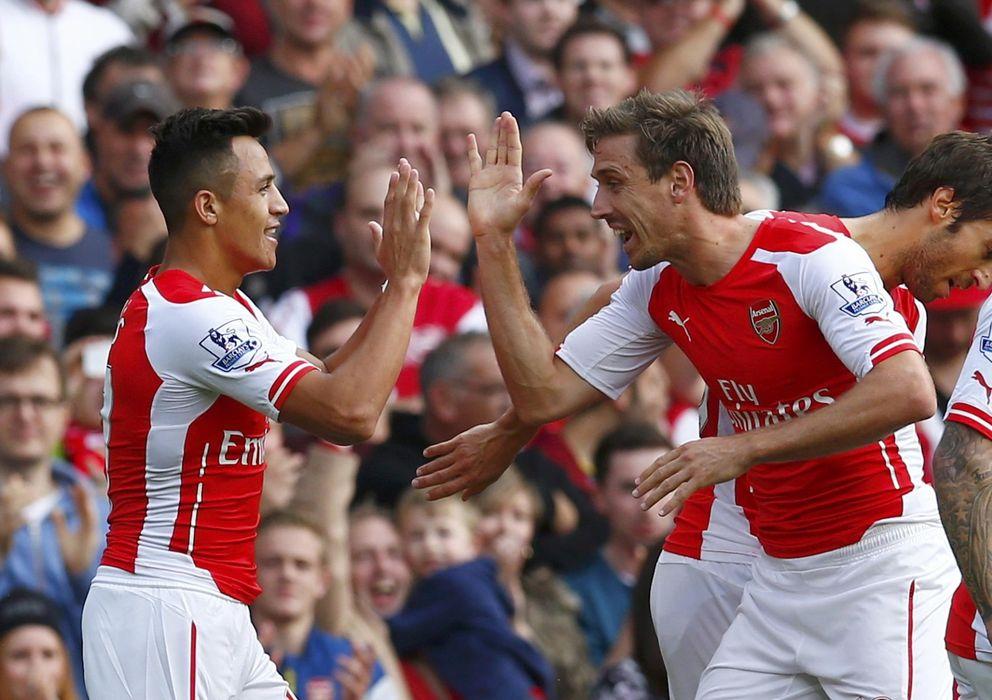 Foto: Monreal celebra un gol con Alexis Sánchez (Reuters)