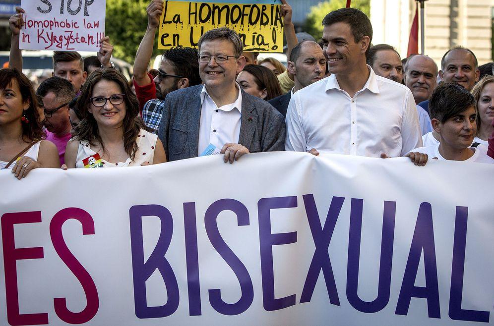 Foto: Mónica Oltra, Ximo Puig y Pedro Sánchez, en la manifestación del Orgullo Gay en Valencia, este 18 de junio. (EFE)