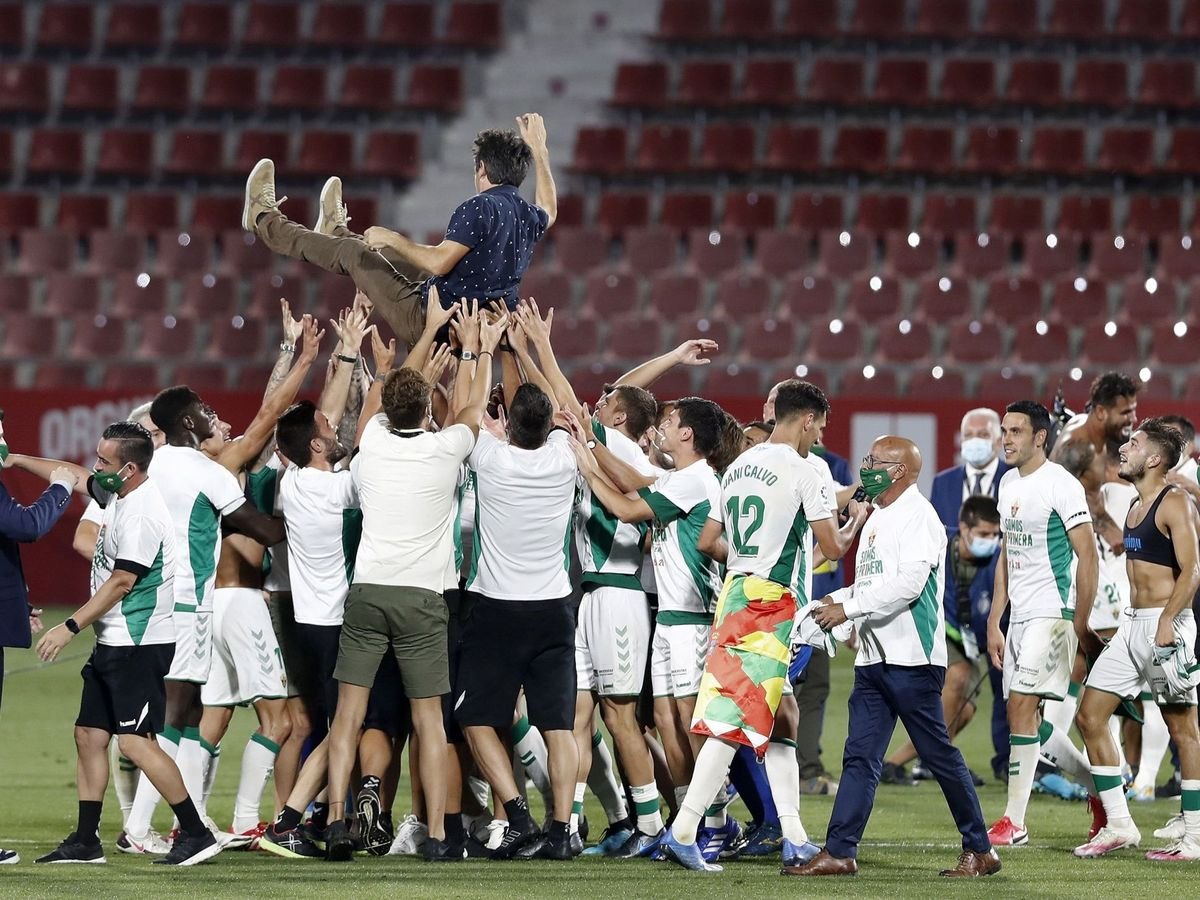 Foto: La plantilla del Elche celebra el ascenso con su entrenador, Pacheta. (EFE)