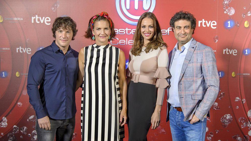 Foto: Eva González con el jurado de 'MasterChef Celebrity 2'. (RTVE)